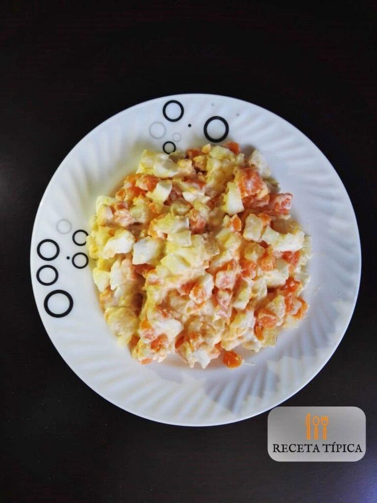 Ensalada de huevo y papa con mayonesa
