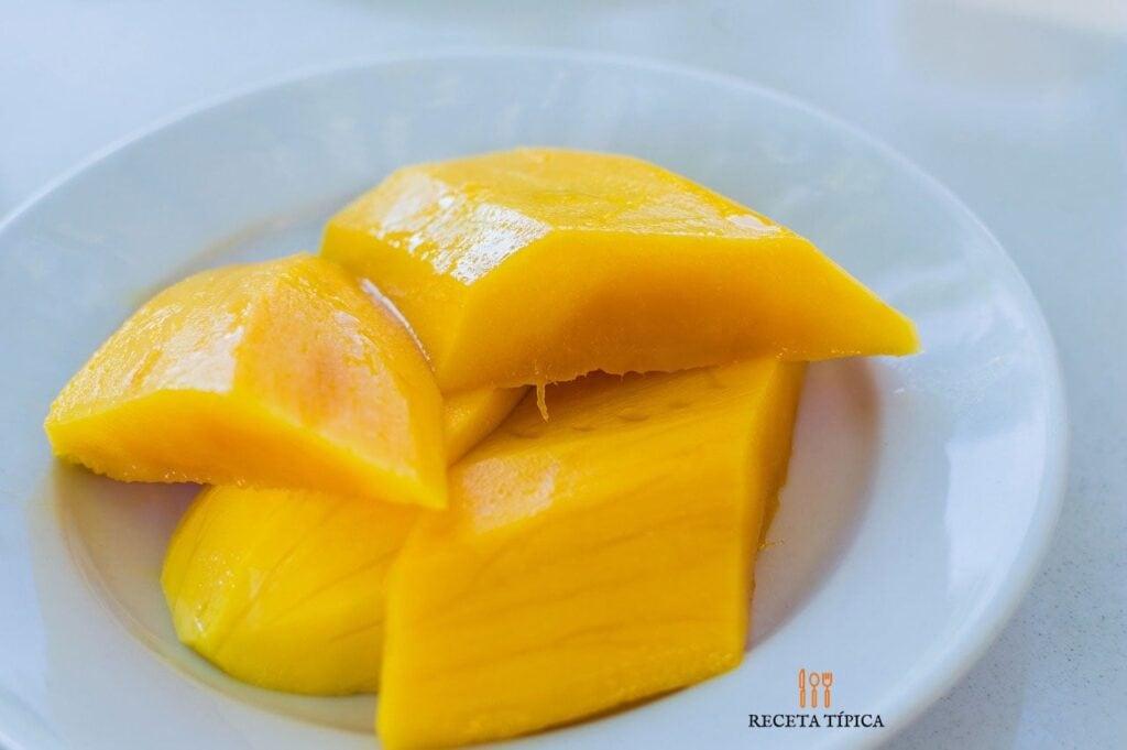 jugo de mango, rodajas de mango