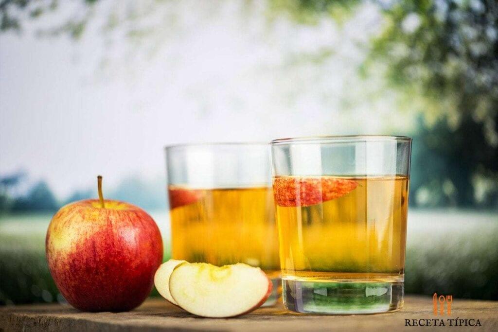 vasos con jugo de manzana