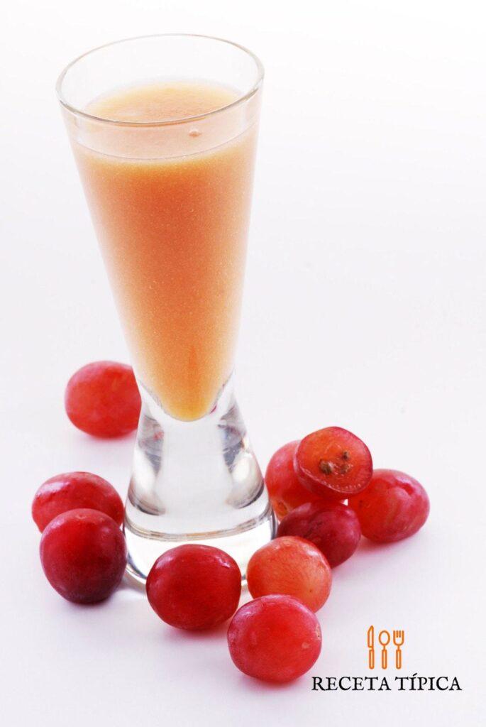 vaso con jugo de uva