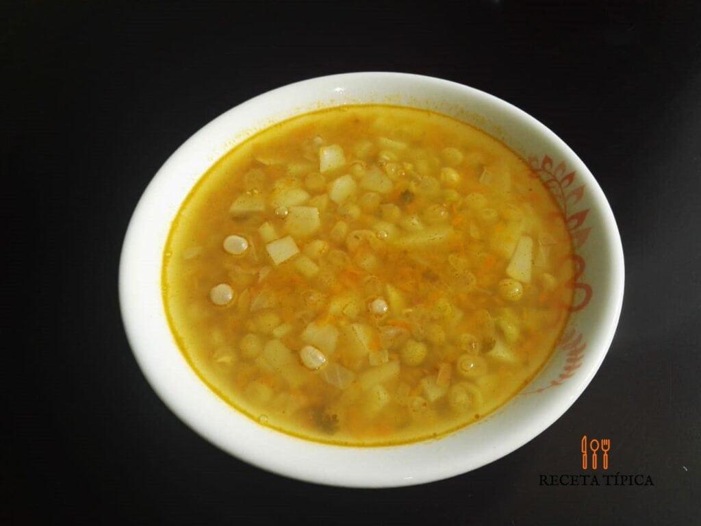 Plato con sopa de alverjas