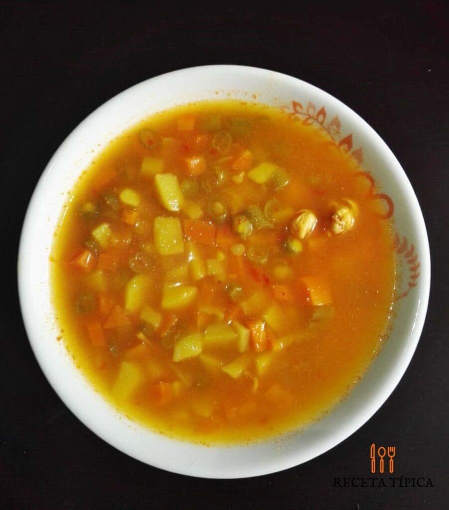 sopa de verduras con pollo