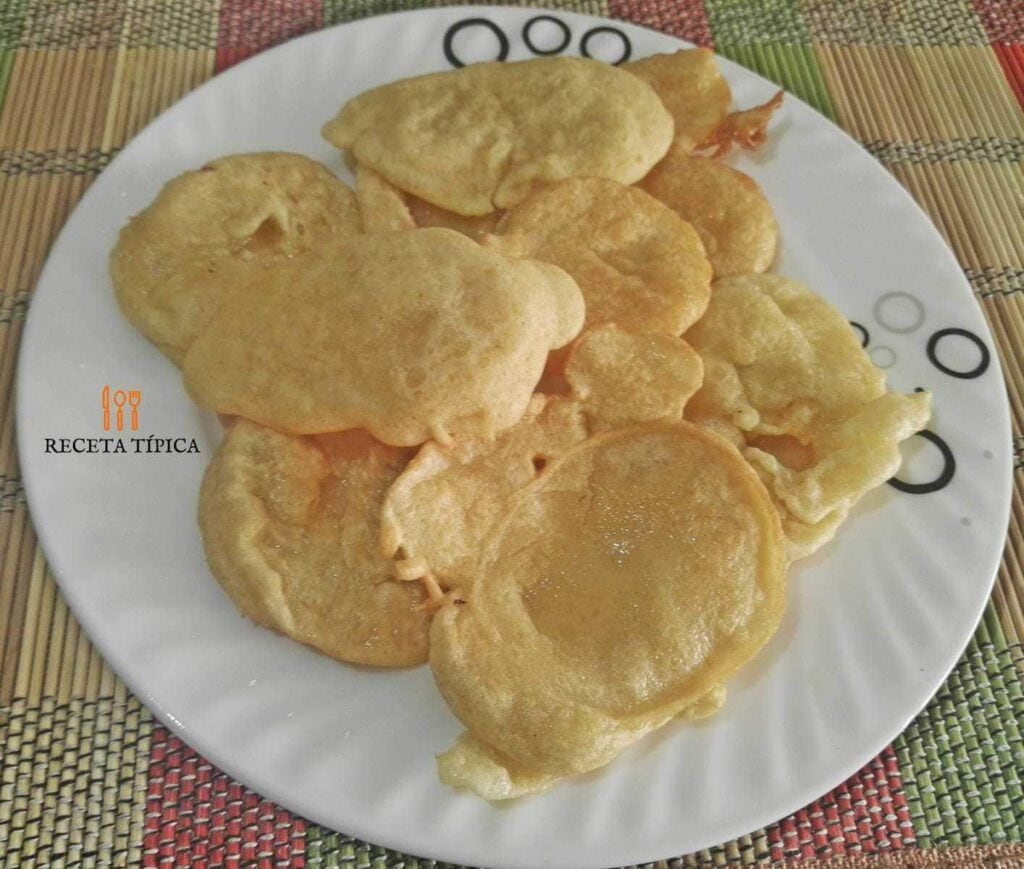 plato con tortas de harina de trigo