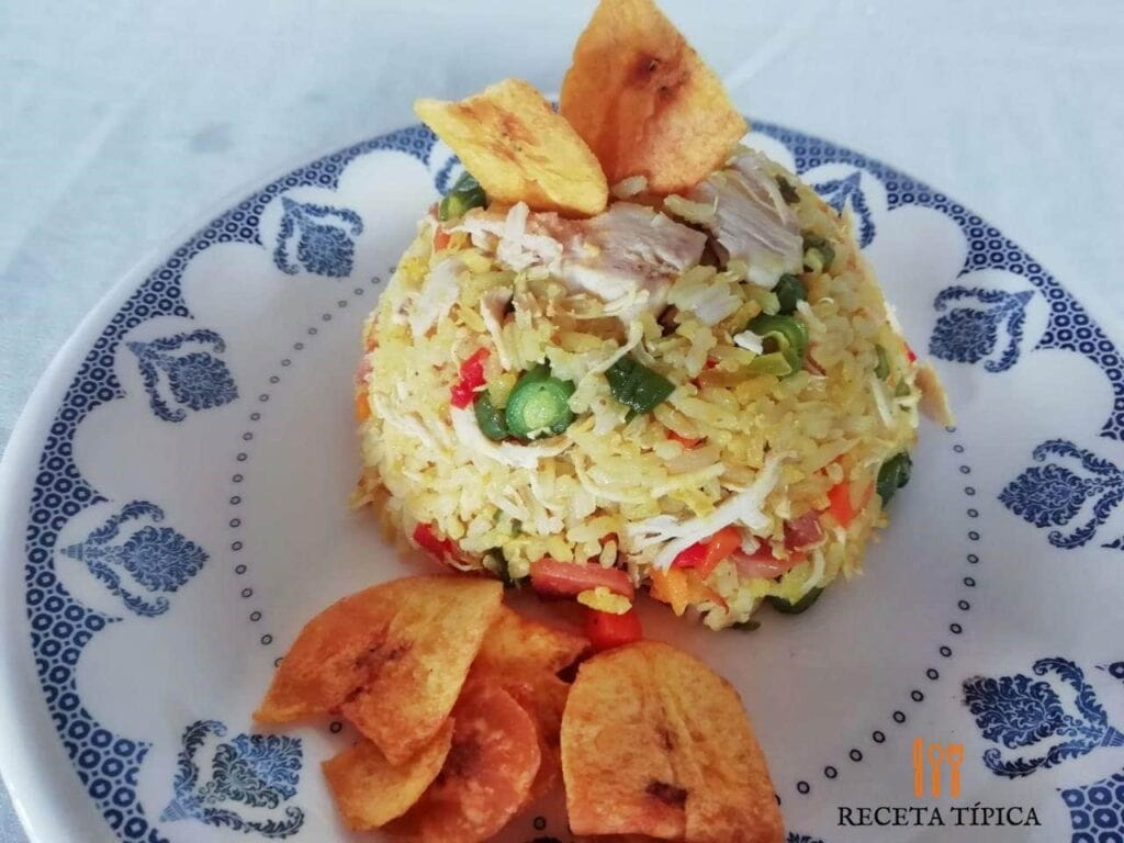 Delicioso plato con arroz con pollo y tajadas de platano