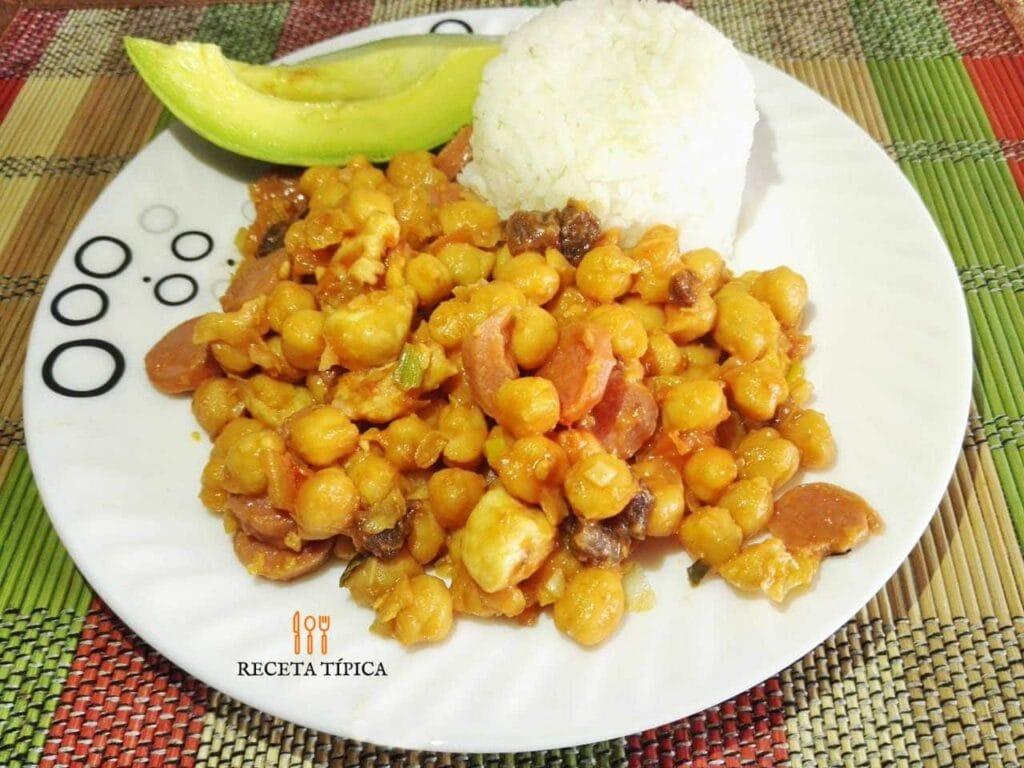 Plato con garbanzos con pollo, porción de arroz y aguacate