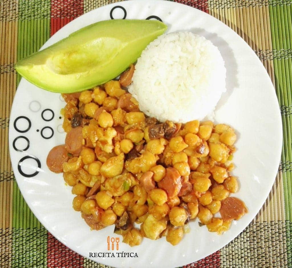 Plato con arroz, aguacate y garbanzos con pollo