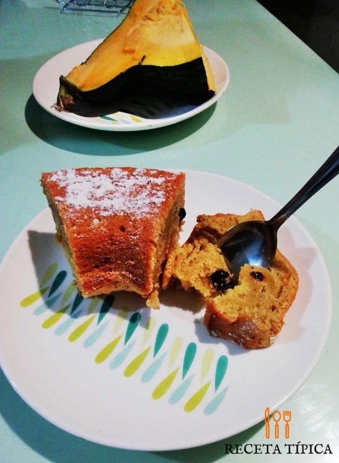 Plato con porción de torta de auyama