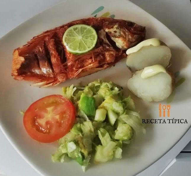 Plato con pescado frito, ensalada y papas