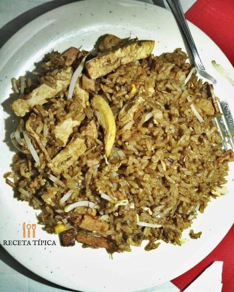 plato con arroz chino versión colombiana