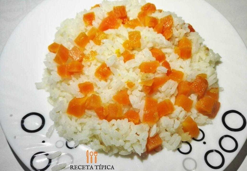 Plato de arroz con zanahoria