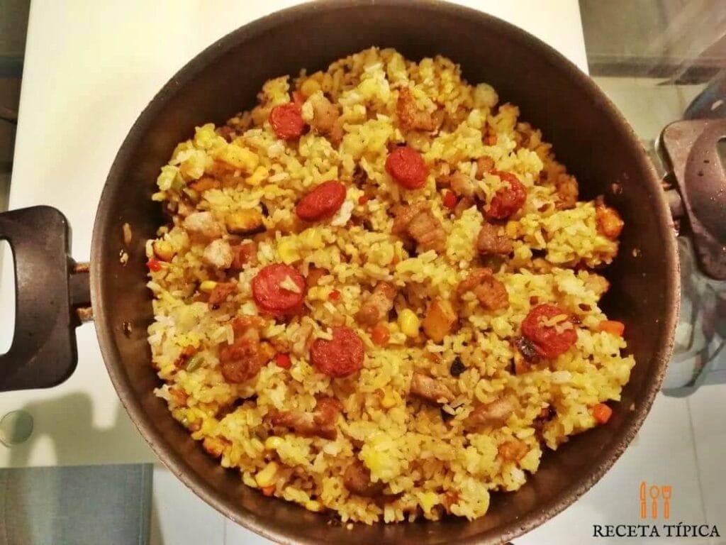 Olla con arroz paisa recién preparado.