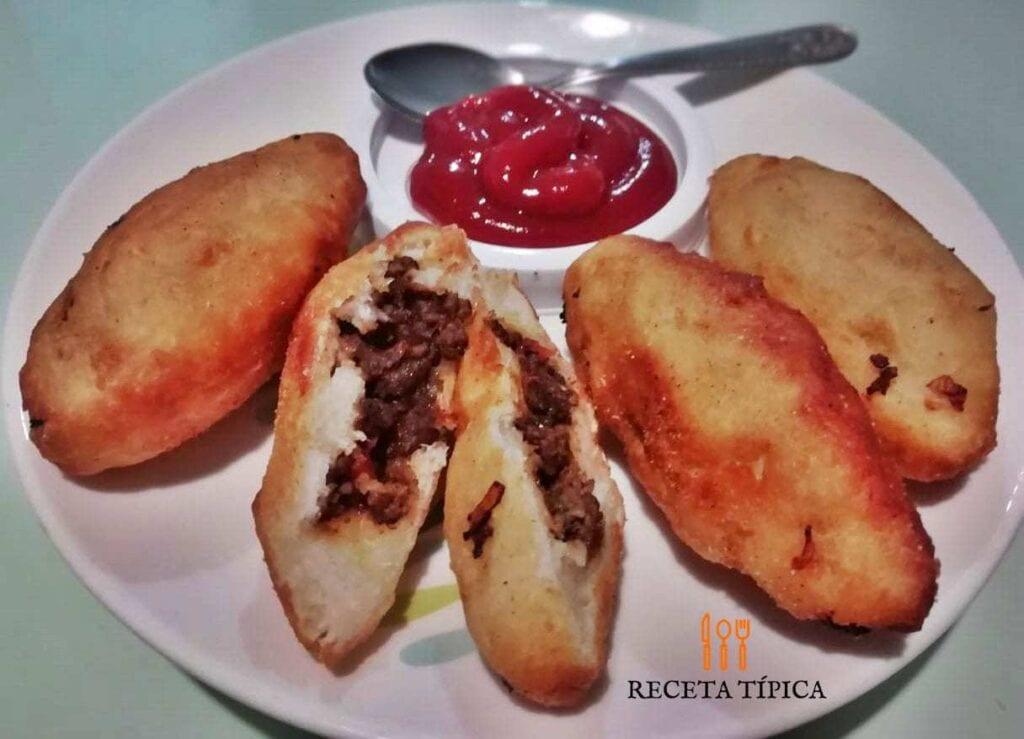 plato con carimañolas y salsa de tomate