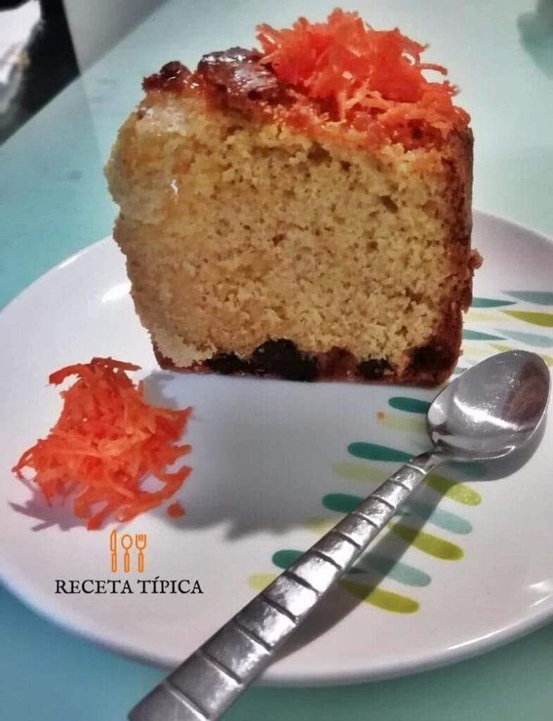 Plato con porción de torta de zanahoria