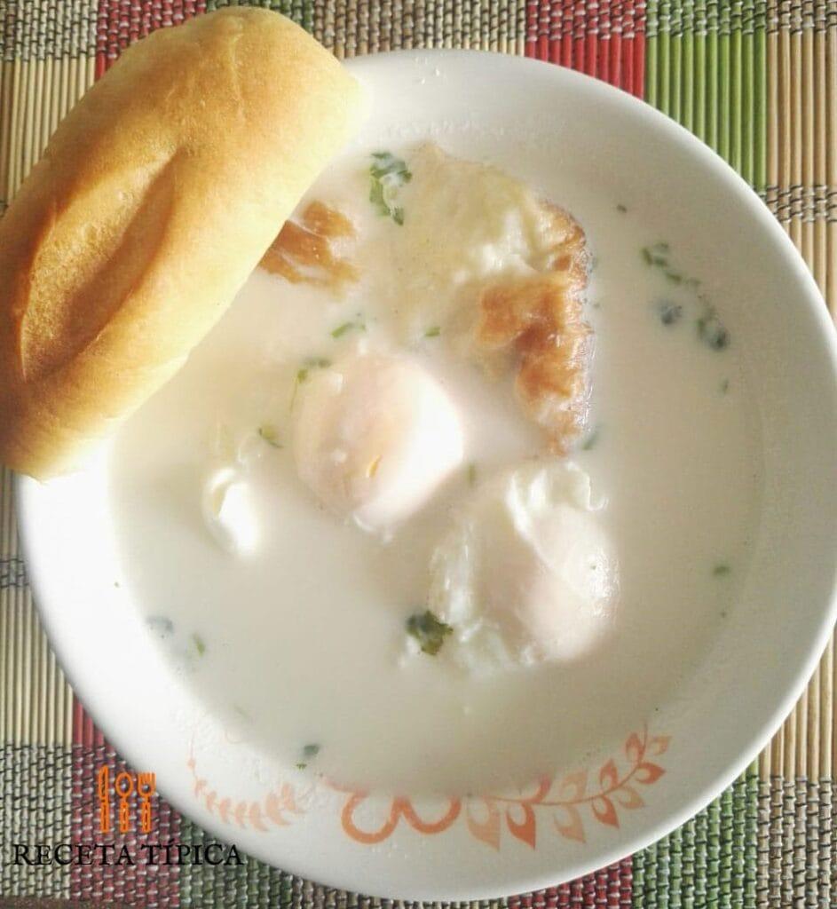 plato con changua, huevos, leche y pan