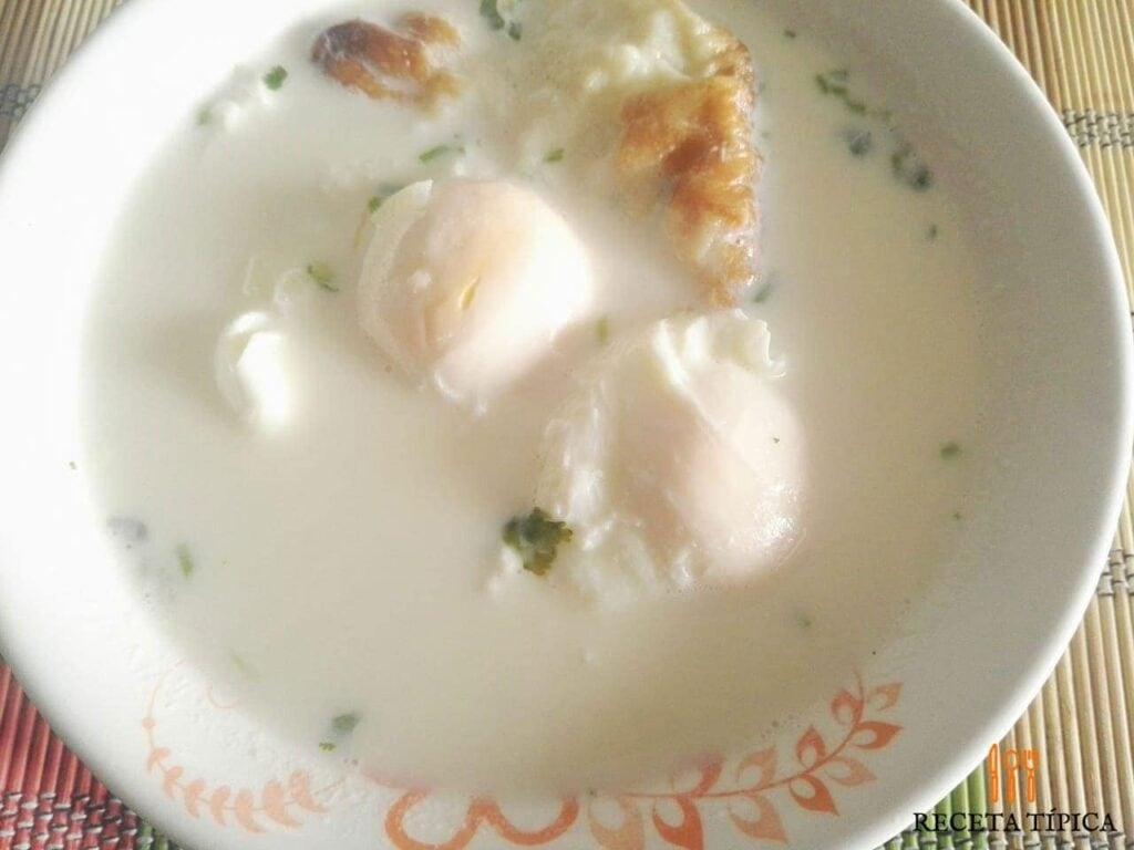 plato con changua, huevos y leche