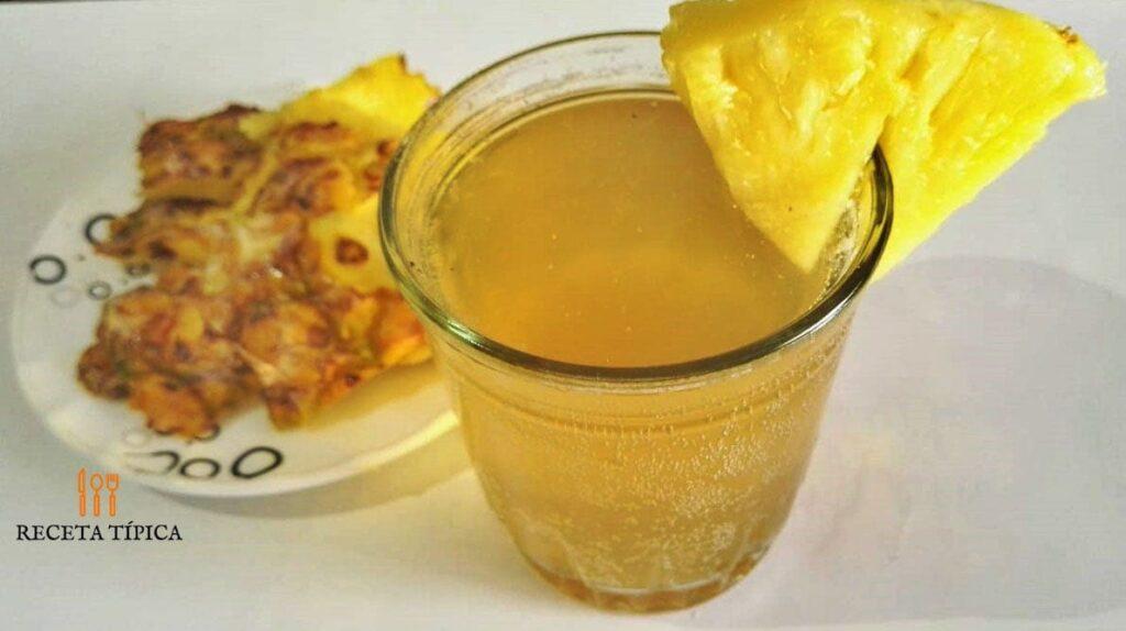 plato con cáscaras de picha y vaso con chicha colombiana