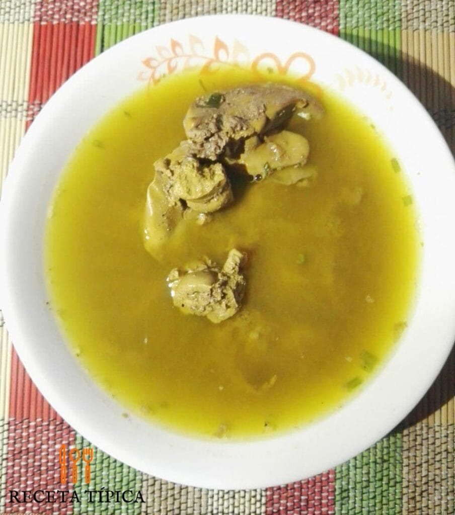plato con consomé de pollo