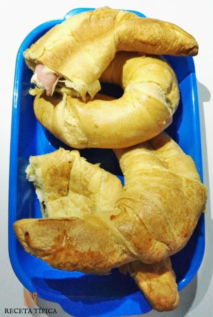 bandeja con croissant hechos en casa