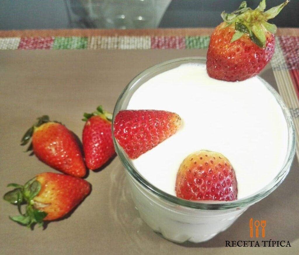 vaso de fresas con crema