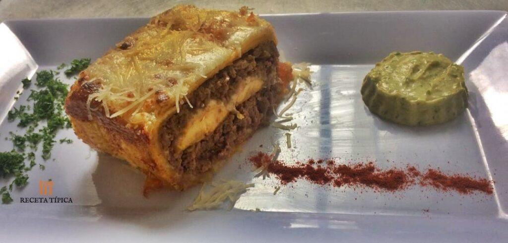 Plato con lasagna de carne