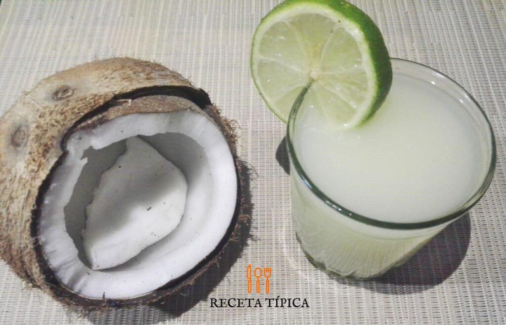 coco y vaso con limonada de coco