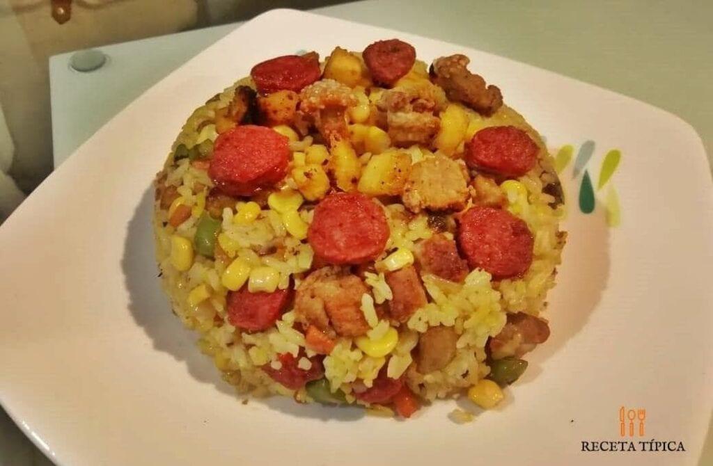 plato con porción de arroz paisa