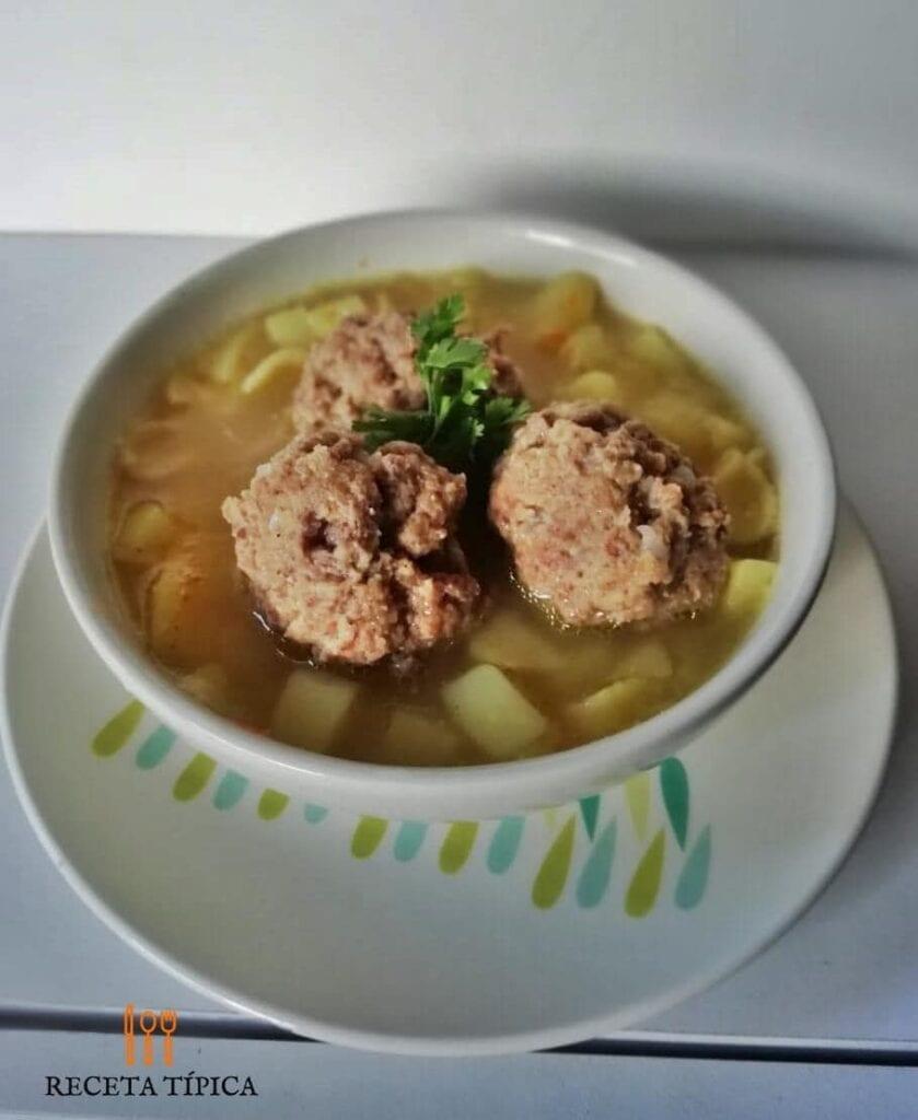 Plato con sopa de albóndigas