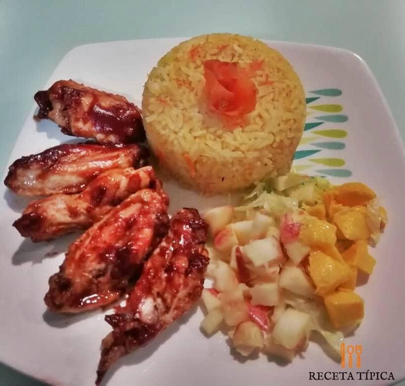 plato con alas bbq, arroz y ensalada