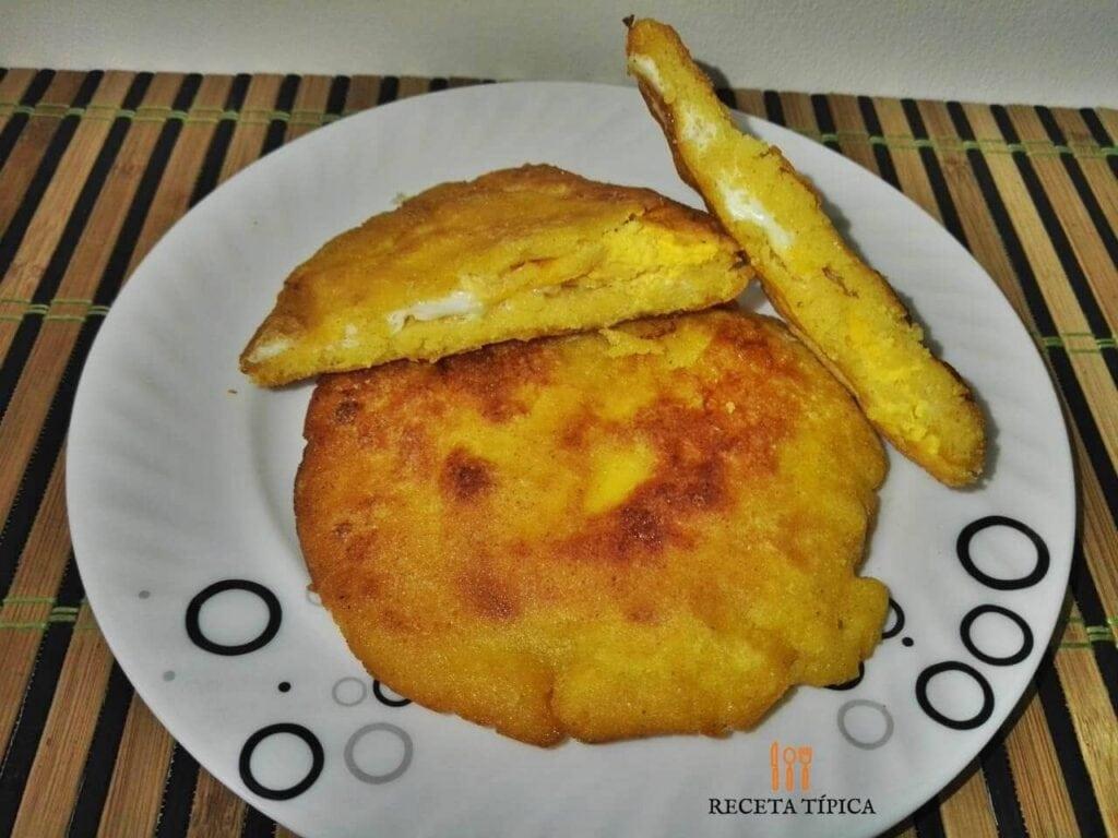 plato con arepas de huevo