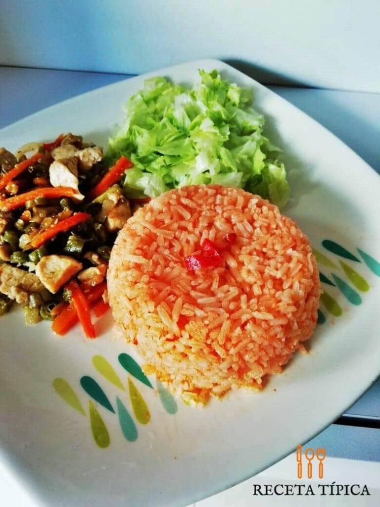 plato con arroz rojo y ensalada