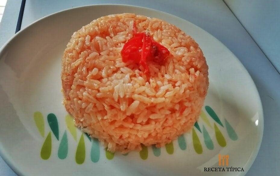 plato con arroz rojo