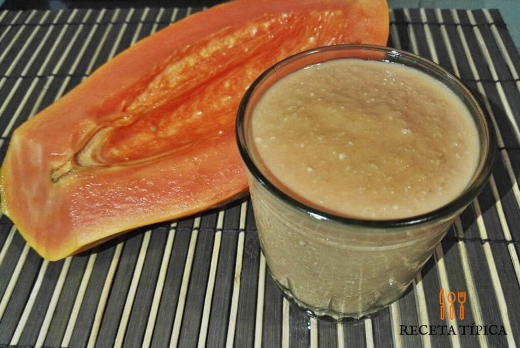vaso con batido de papaya