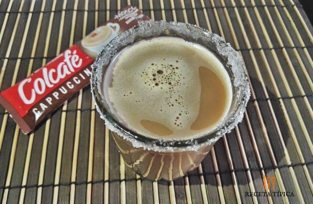vaso con café carajillo, colcafé
