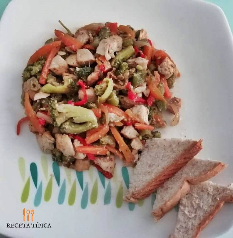 plato con porción de chop suey de pollo