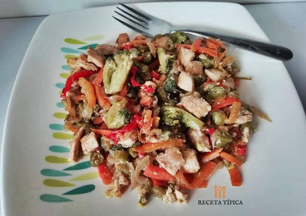 plato con chop suey de pollo