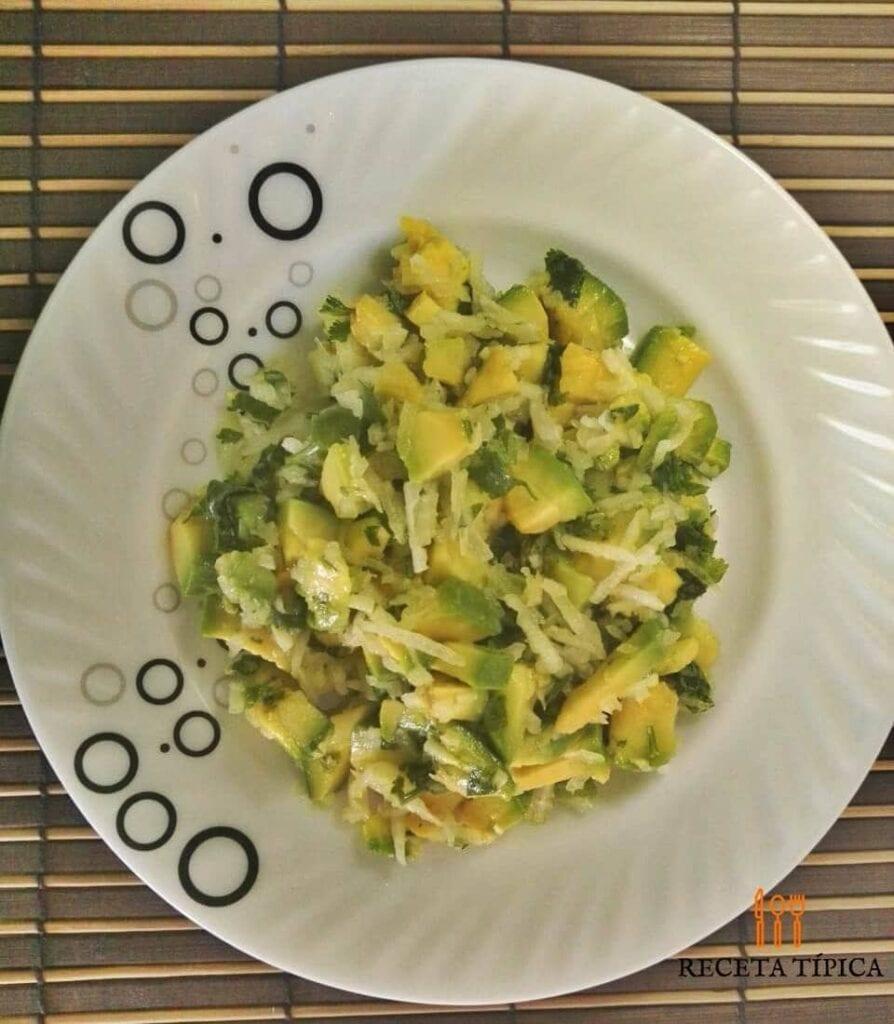 plato con ensalada de aguacate