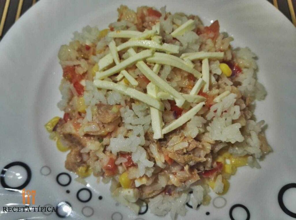 plato con ensalada de arroz