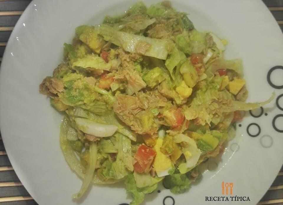 Plato con ensalada de atún