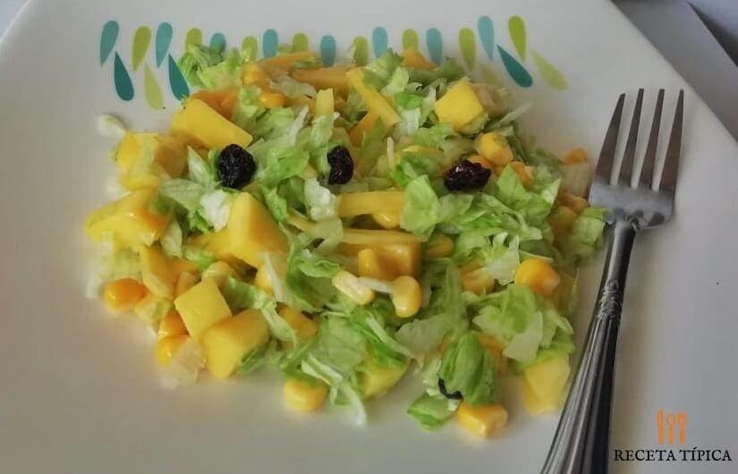 Plato con ensalada de mango