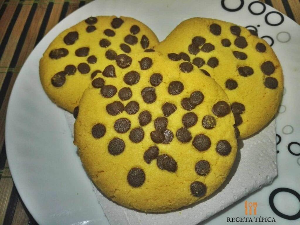 plato de galletas con chispas de chocolate