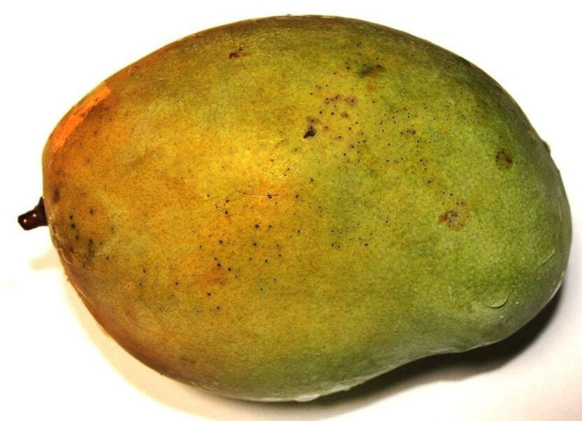 un mango, frutas