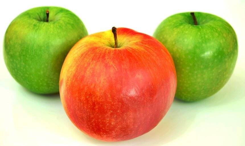 dos manzanas verdes y una roja