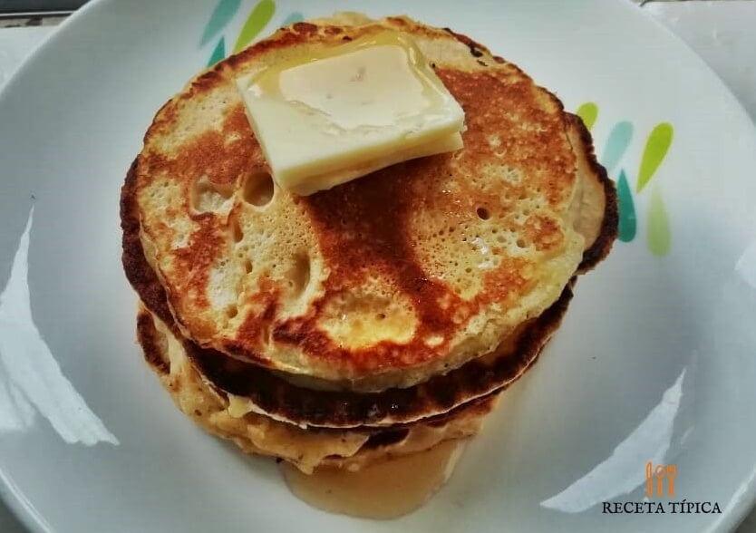 plato con pancakes