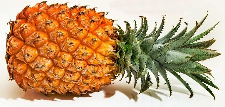 una piña entera, frutas