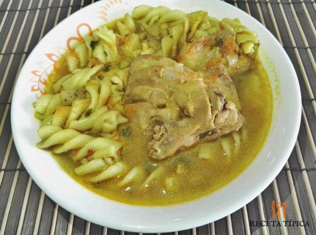 plato con sopa de pasta y pollo