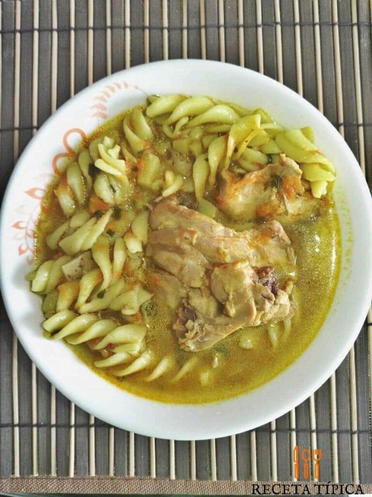 plato con sopa de pasta