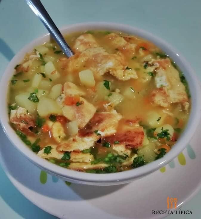 plato con sopa de tortilla de huevo