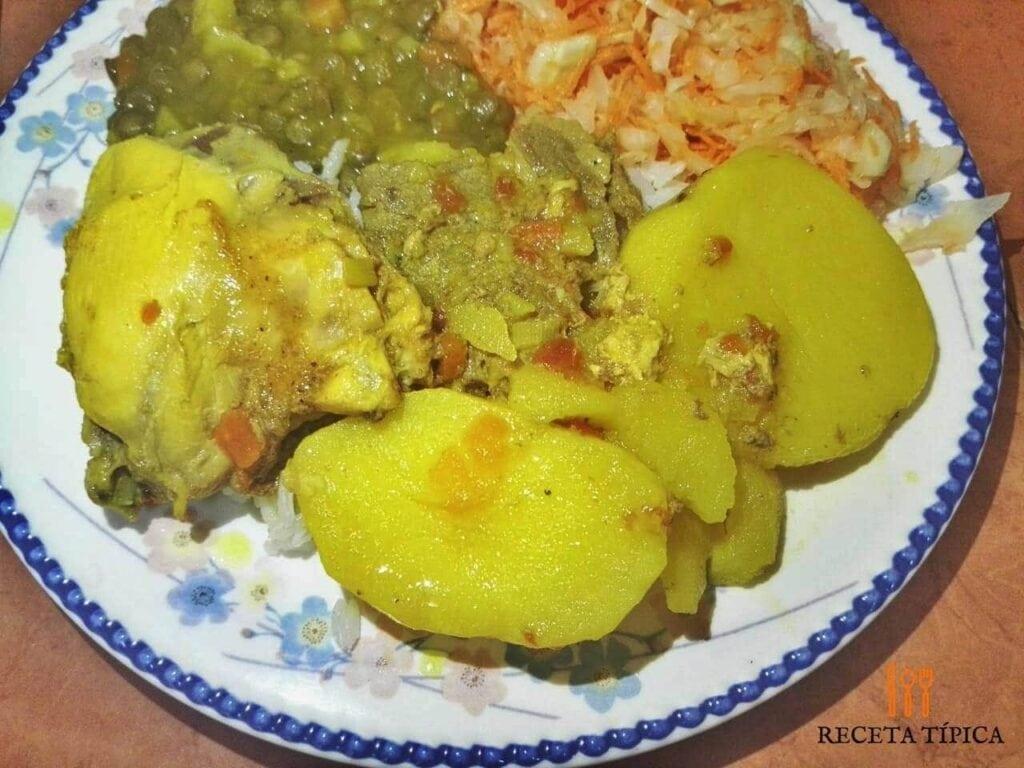plato con sudado de pollo, arroz seco, lentejas y ensalada