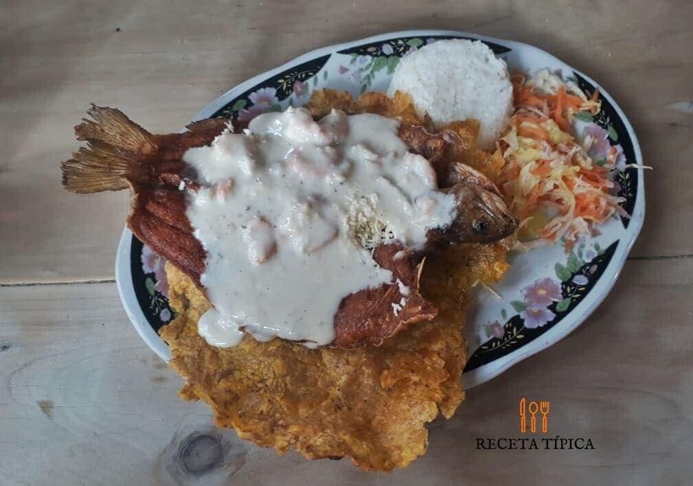 plato con trucha en salsa de champiñones y camarones, con arroz, patacón y ensalada