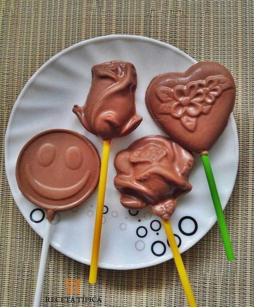 plato con bombones de chocolate